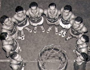 3-034-ÁGUILAS-BAJO-EL-ARO--(17-Ene.-1957)