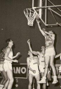 4-023-JUANTXU-URBERUAGA-contra-el-Madrid-(14-Marzo-1965)